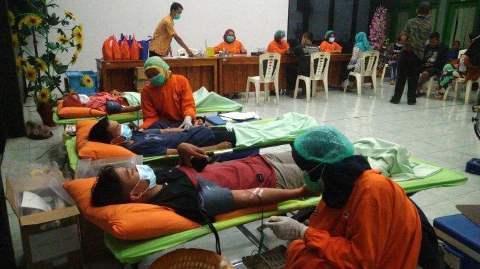 Meski Puasa, Puluhan Warga Kemutugkidul Banyumas Semangat Ikuti Donor Darah