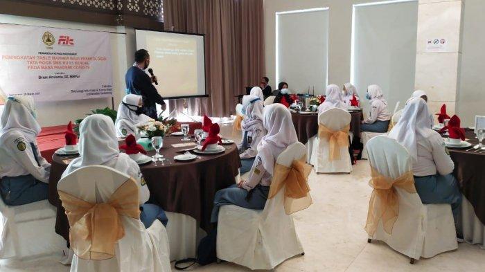 Dosen Prodi Pariwisata FTIK USM memberikan materi dalam pelatihan table manner pada peserta didik SMK NU 01 Kendal di Hotel Sae Inn Kendal, Kamis (1/4/2021).