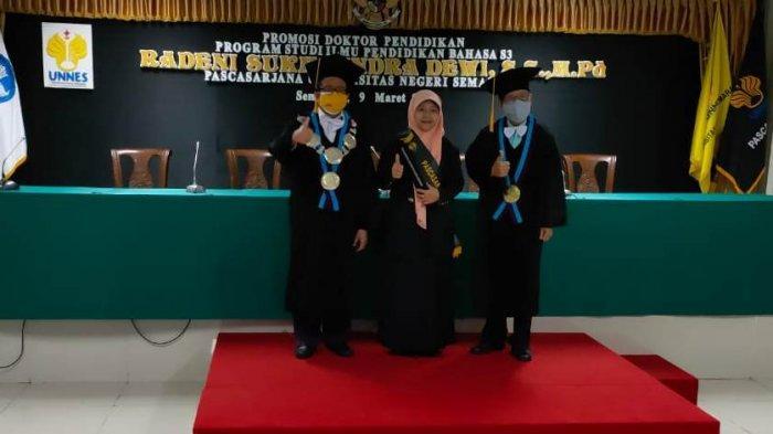 Radeni Raih Gelar Doktor Ilmu Pendidikan Bahasa Inggris dari Universitas Negeri Semarang