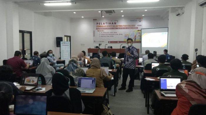 Dosen UPGRIS memberikan pelatihan pengolahan data kualitatif menggunakan NVivo 11 pada mahasiswa Universitas PGRI Adi Buana Surabaya, kemarin.