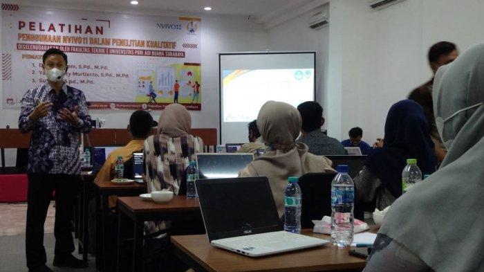 Muhtarom Kenalkan NVIVO 11 ke Mahasiswa Universitas PGRI Adi Buana
