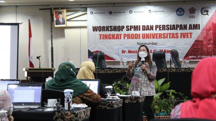Dr Nova Rijanti selaku narasumber kegiatan Workshop SPMI dan Persiapan AMI di Tingkat Prodi Universitas Ivet memberikan motivasi dan materi untuk mensukseskan akreditasi di Universitas Ivet