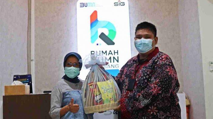 Kepala Dinas Perindustrian Perdagangan Koperasi Usaha Kecil dan Menengah Provinsi Jawa Tengah, Dra. Ema Rachmawati, M.Hum, menerima bingkisan produk UMKM saat mengunjungi Rumah BUMN Rembang (9/5/2021).