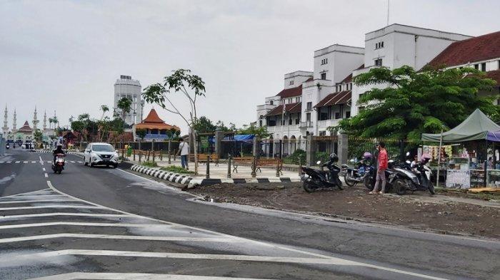Dua orang tampak berjaga di kantong parkir ilegal yang berada di sebelah timur Gedung Birao atau Gedung Semarang Cheriboon Stroomtram Maatschappij (SCS), Kota Tegal, Senin (15/3/2021).