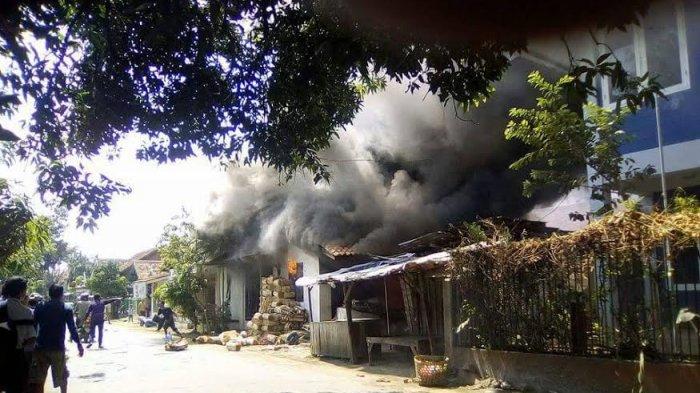 BREAKING NEWS, Charger HP Picu Kebakaran Hanguskan Dua Rumah di Batang