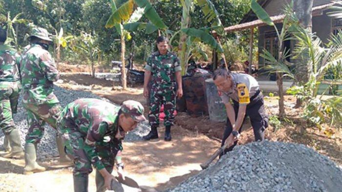 Begini Kekompakan TNI dan Polri Dalam Program TMMD Sengkuyung Tahap II di Dukuhseti Pati