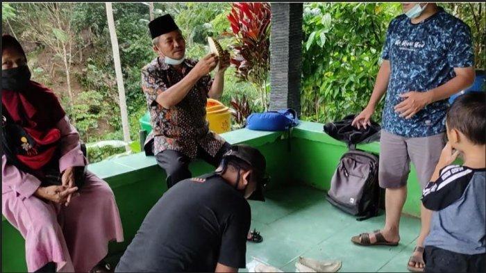 Sensasi Melahap Durian Lokal di Bawah Air Terjun Pitu Sigaluh Banjarnegara