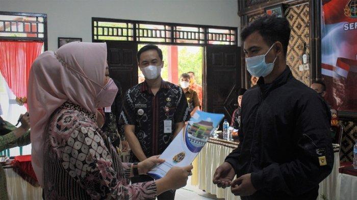 Bupati Tiwi Serahkan 1.177 Sertifikat Tanah Program PTSL di Desa Banjaran Purbalingga