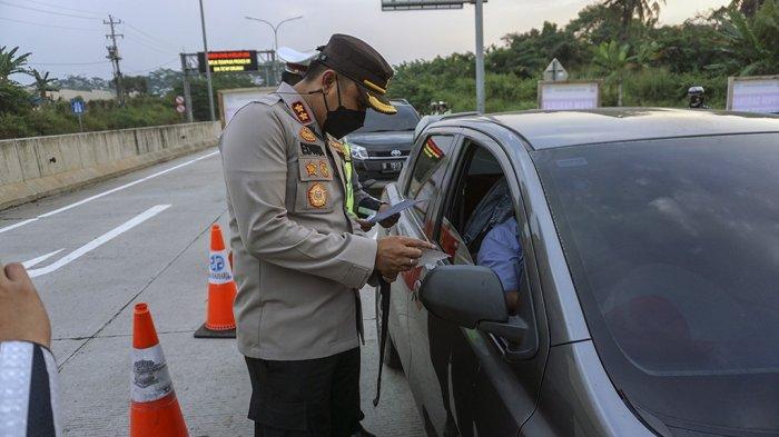Hari Pertama Penyekatan Exit Tol Kandeman Batang, Polisi Jaga Barikade PPKM Darurat