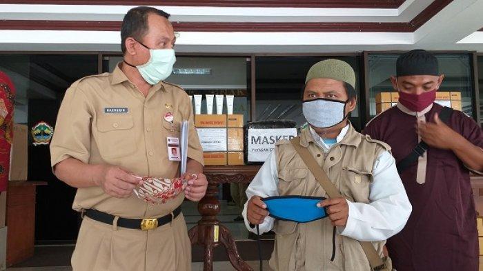 Kepala Bakesbangpol Jateng, Haerudin (kiri) bersama eks napiter menunjukan masker bantuan untuk warga jateng.