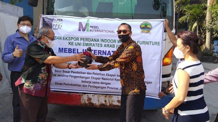 CEO CV Mebel International Christianto Prabawa bersama Kepala Disperindag Jateng Muhamad Arif Sambodo, Kepala Balai Besar PPEI Heryono Hadi Prasetyo lepas produk yang dikirimkan ke UEA. Pelepasan dilakukan di Kawasan Industri Tambak Haji.