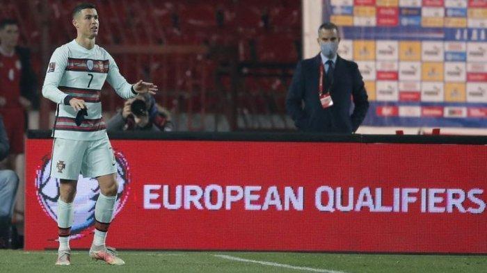 Cristiano Ronaldo Dikutuk Seniornya di Timnas Portugal karena Lempar Ban Kapten ke Tanah