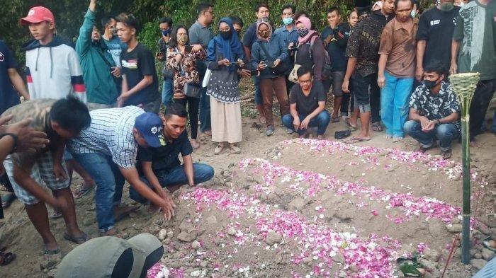 Empat anggota Keluarga Suranto, yang tewas dibunuh di rumahnya di Dukuh Slemben RT 01 RW 05, Desa Duwet, Kecamatan Baki, Sukoharjo telah dimakamkan.