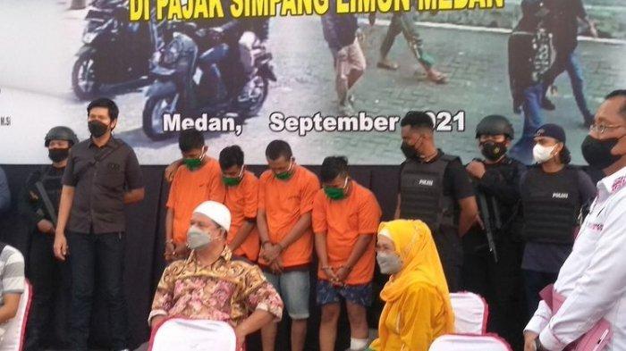 Empat dari lima orang pelaku perampokan dua toko emas di Pasar Tradisional Simpang Limun berdiri di depan awak media saat konferensi pers pengungkapan kasus tersebut di Mapolda Sumut, Rabu (15/9/2021) sore.