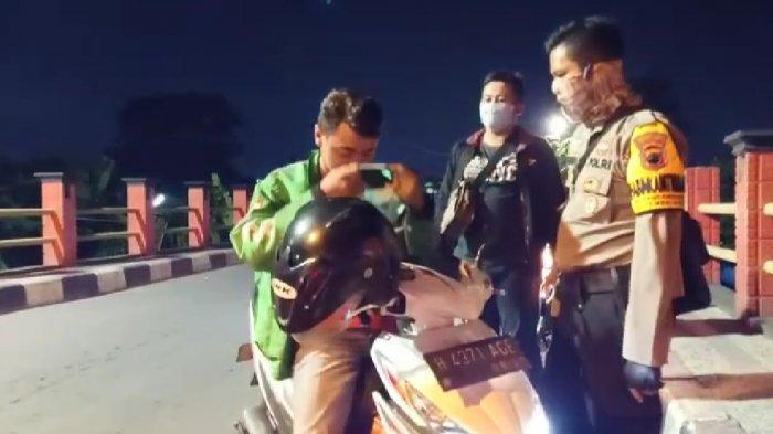 Bripka Endar, Bhabinkamtibmas yang Rela Patroli Sendiri Sampaikan Bahaya Virus Corona ke Warga