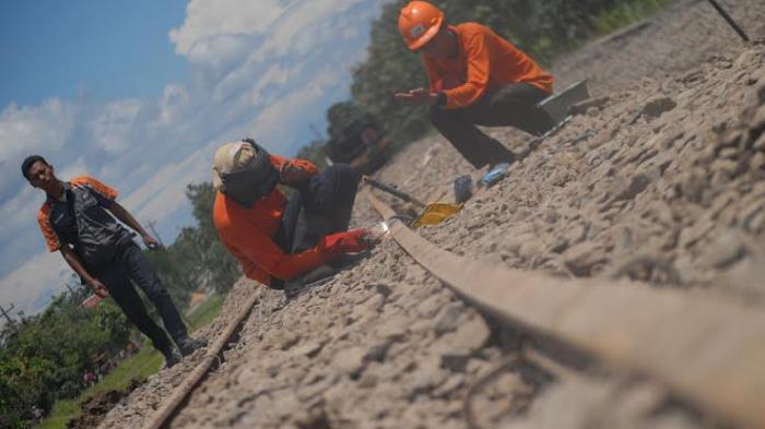 Entah Kenapa Anak-anak Sering Lempar Batu ke Kereta Api Sampai Kaca Pecah