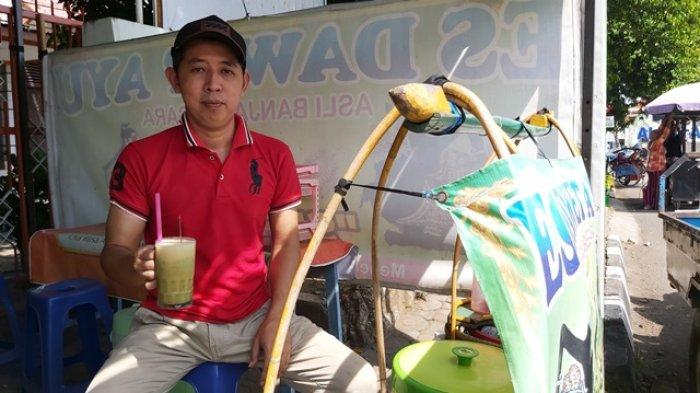 Es dawet ayu khas Banjarnegara di Alun- alun Kota Tegal, tepatnya di seberang Kantor Cabang BRI Kota Tegal. Penjual Toni menjual es dawet ayu buatannya Rp 5.000 per porsi.