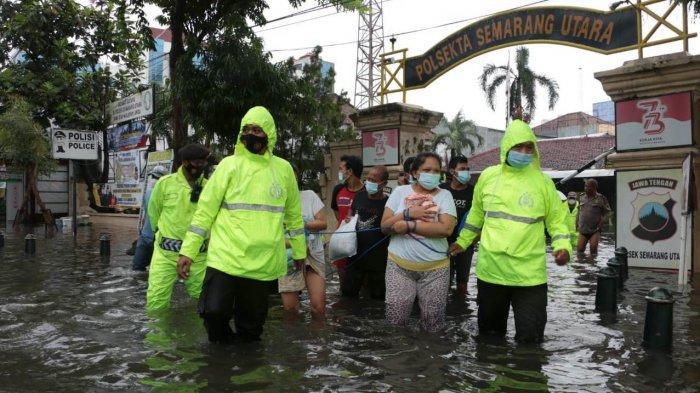 Evakuasi tahanan dari Polsek Semarang Utara ke Polsek Gajahmungkur Kota Semarang dikarenakan kondisi tahanan terendam banjir, Sabtu (6/2/2021)
