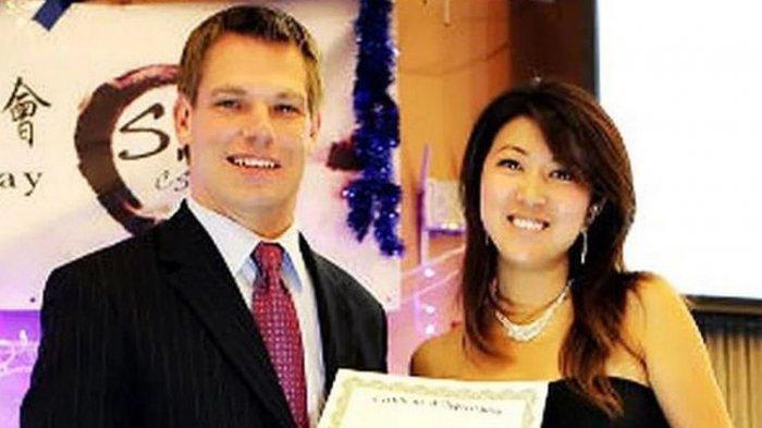 Fang Fang (kanan) yang diduga mata-mata China dan melakukan jebakan dengan hubungan seks dengan targetnya. Fang Fang ketika bersama dengan Eric Swalwell (kiri), anggota kongres dari Partai Demokrat.