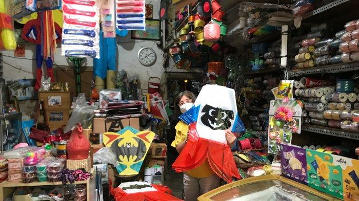 Fanny Setyawati pengelola Toko Maganol menunjukan layang-layang hias yang dijual di tokonya, Jumat (25/6/2021).