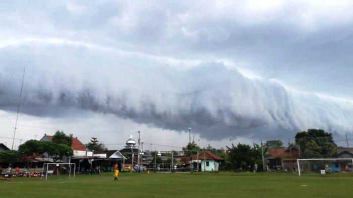 Fenomena alam awan yang berbentuk mirip gelombang besar air laut di Pekalongan.