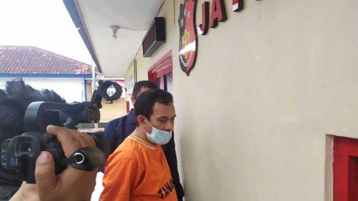 Terekam CCTV Detik-detik Preman Pelabuhan Bawa Golok Kejar Satpam Berniat Membacok Korban