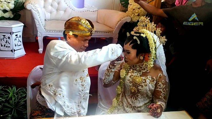 Pasangan Taryono dan Warniah, warga RW 014 Kelurahan Mulyoharjo, Kecamatan Pemalang, saat melangsungkan prosesi akad nikah, Sabtu (22/5) lalu.