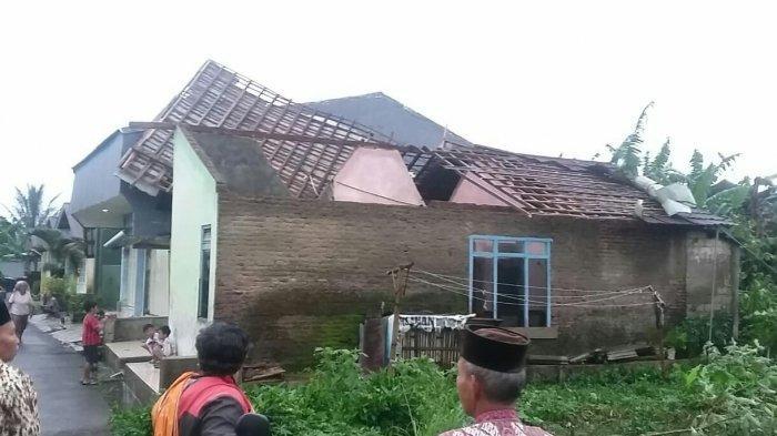 Angin Kencang Terjang Desa Buniwah Bojong Kab Tegal, Rusak Rumah, Sejumlah Warga Mengungsi