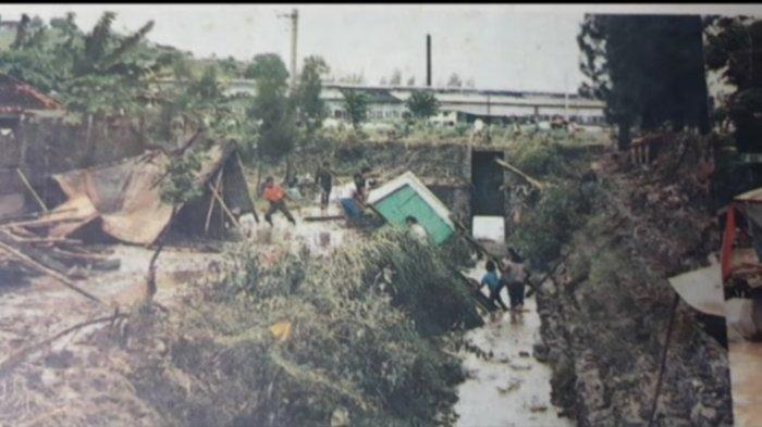 Foto dokumentasi yang merekam kondisi paska banjir bandang Semarang 25 Januari 1990 yang menewaskan ratusan jiwa dan meluluhlantakan kawasan pemukiman di Kecamatan Semarang Barat dan Semarang Selatan.
