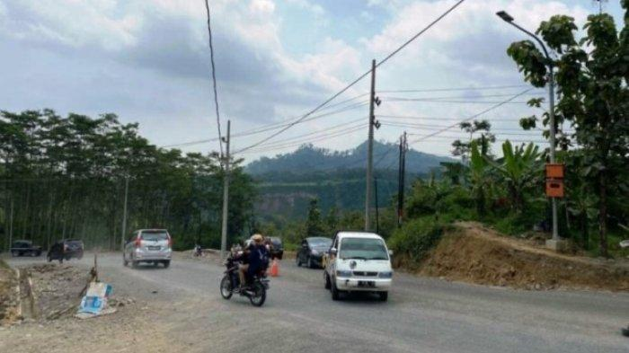 Jalan di Clirit View Arah Wisata Guci Kab Tegal Sekarang Dibuat dua Jalur