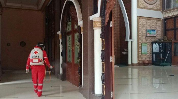 Jelang Ramadan PMI Kabupaten Tegal Lakukan Penyemprotan Disinfektan di Musala dan Masjid.