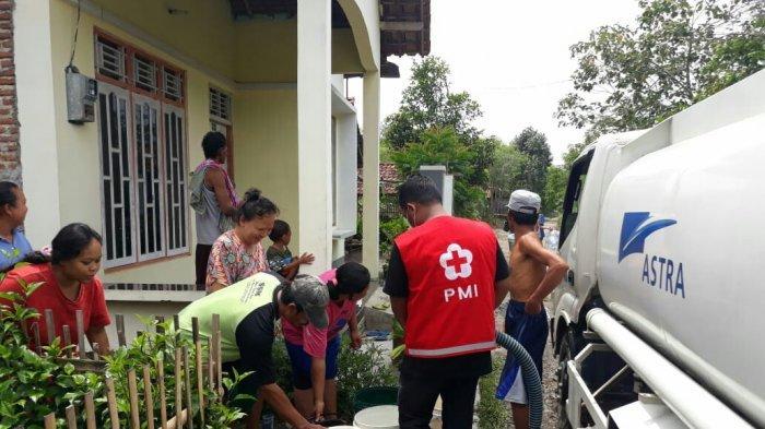 PMI Kab Tegal Bantu Membersihkan SD yang Terdampak Banjir dan Berikan Bantuan Air Bersih ke Warga