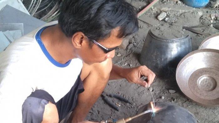 Para pekerja saat memproduksi seperangkat gamelan di Pendopo Oemah Gamelan Eko Kuntowibowo di rumahnya  RT 3 RW 3 Desa Pekunden, Kecamatan Banyumas, Kabupaten Banyumas, Minggu (8/8/2021)
