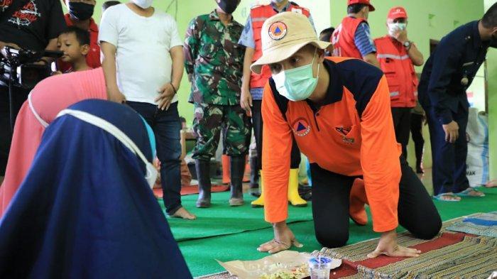 Lihat Balita Nangis, Ganjar Pranowo Ambil Duit, Minta Tolong Belikan Susu Bayi Pengungsi di Semarang