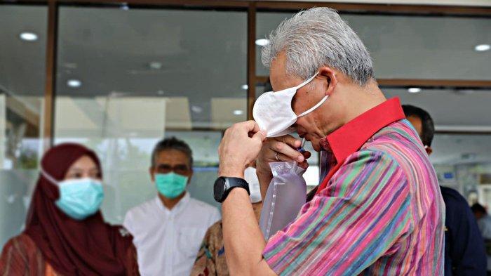 Gubernur Jawa Tengah Ganjar Pranowo menjajal pendeteksi Covid-19 karya Universitas Gadjah Mada (UGM) GeNose C19, Selasa (5/1/2021). (Humas Pemprov Jateng)
