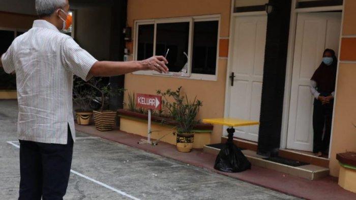 Gubernur Jawa Tengah menjenguk pasien Covid-19 di Hotel Kencana Pati, Selasa (15/6/2021).