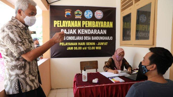 Gubernur Ganjar Pranowo melihat pelayanan pembayaran pajak kendaraan di Bumdes Cindelaras, Desa Bandungharjo, Toroh, Grobogan, Rabu (13/10/2021).