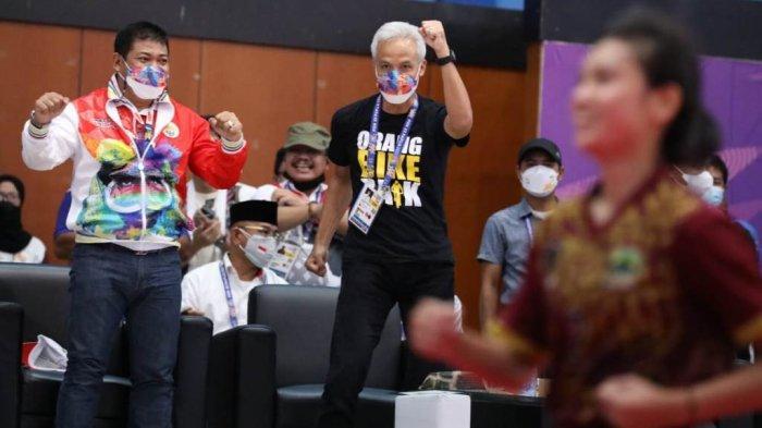 Gubernur Jawa Tengah Ganjar Pranowo memberikan semangat pada atlet sepak takraw putri Jateng yang berlaga dalam babak final PON XX di GOR Universitas Cenderawasih, Papua, Minggu (3/10/2021) kemarin.