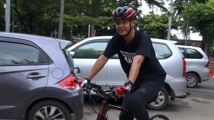 Berangkat Periksa Kesehatan Balon Gubernur, Ganjar Naik Sepeda