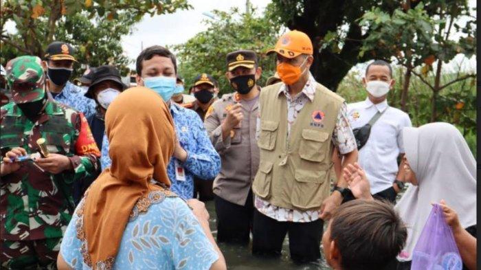 Gubernur Jawa Tengah Ganjar Pranowo saat meninjau banjir di Kota Pekalongan
