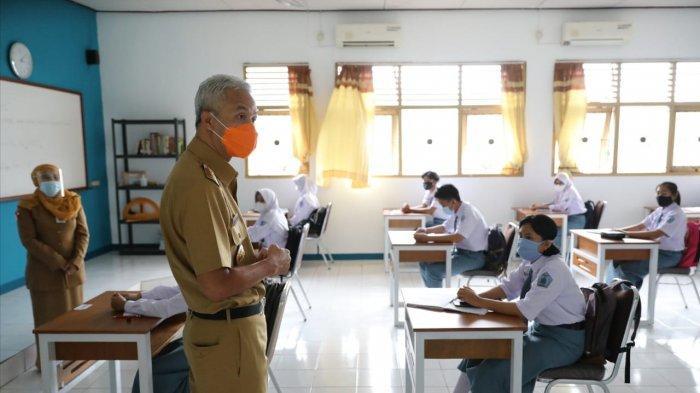 Ganjar Sentil Guru SMAN 1 Ungaran yang Narsis Foto Bareng Tapi Minta Difotoin Siswa