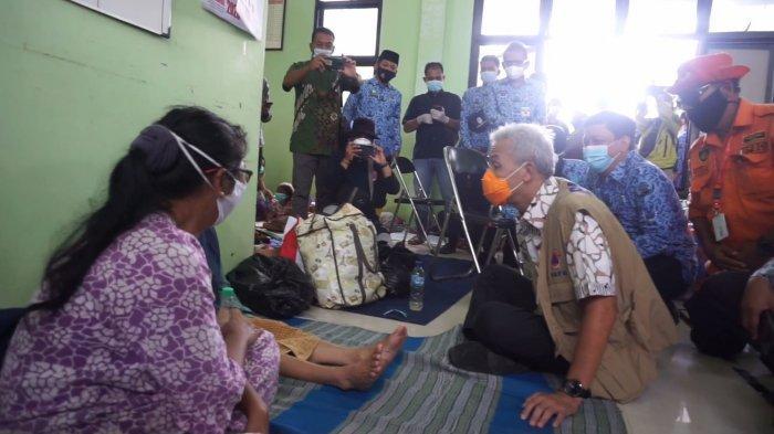 Gubernur Jawa Tengah Ganjar Pranowo saat meninjau tempat pengungsian banjir di aula Kecamatan Pekalongan Barat.