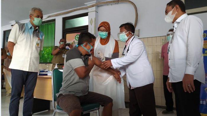 Gubernur Jawa Tengah Ganjar Pranowo (paling kiri) bersama Bupati Pati Haryanto (paling kanan) meninjau pelaksanaan vaksinasi gelombang kedua di RSUD RAA Soewondo, Selasa (23/2/2021).