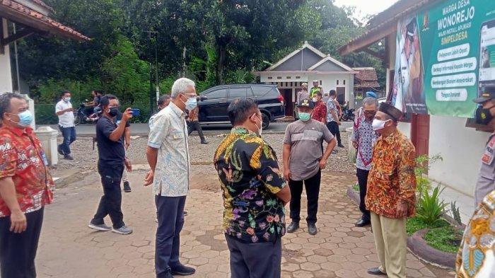 Gubernur Jawa Tengah Ganjar Pranowo saat mengunjungi Desa Wonorejo, Kecamatan Kajen, Kabupaten Pekalongan, Rabu (23/6/2021).