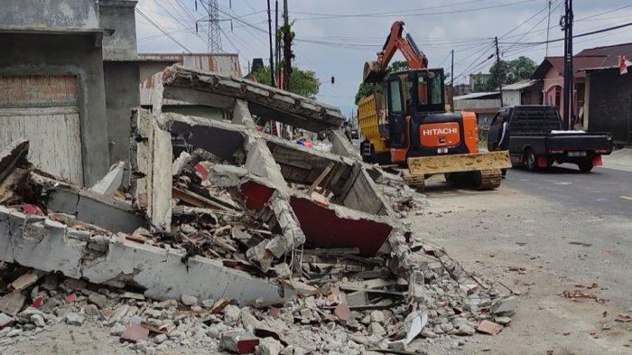 Gapura kampung di Desa Candimulyo Kertek, Wonsoobo, hancur tertabrak truk