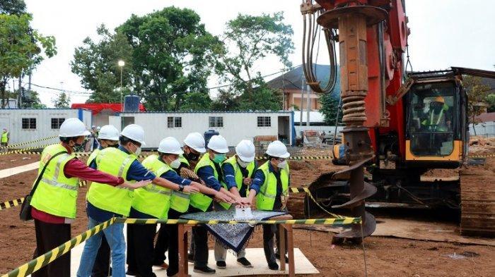 Rektor didampingi para Wakil Rektor dan Kontraktor menekan tombol sirine dimulainya pembangunan Gedung AIB