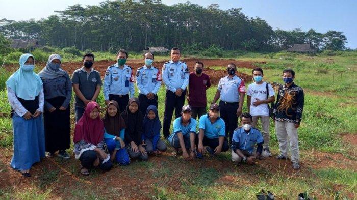 Perkumpulan Komunitas Batang Raya (Pakubara) bersama Kepala Lembaga Pemasyarakatan (Kalapas) Kelas IIB Batang Rindra Wardhana melakukan gerakan penanaman bibit buah - buahan di Desa Brayo, Selasa (27/4/2021)