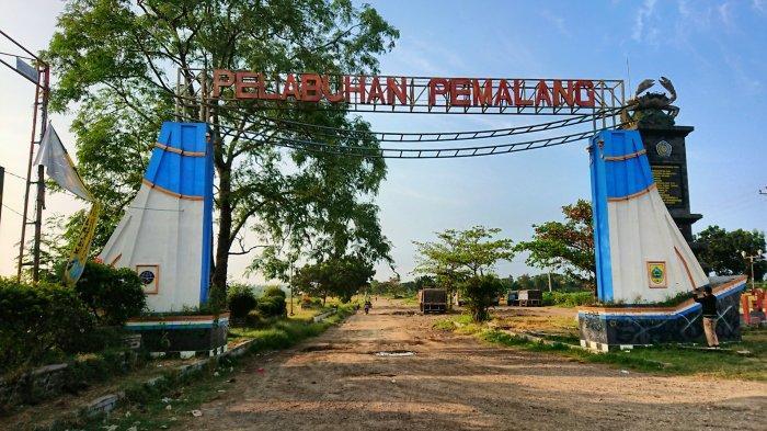 Gerbang bertuliskan Pelabuhan Pemalang, yang ada di sisi utara Jalan Pantura Tegal-Pemalang, nampak sepi, Rabu (21/4/2021).