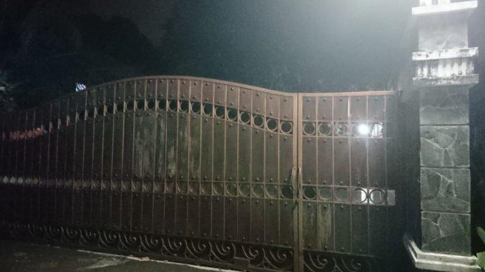 Tampak depan gerbang rumah komedian Tukul Arwana di Ngrembel Gunungpati Semarang, Kamis (23/9/2021).