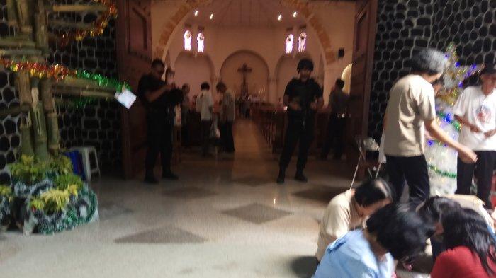 Tim Satbrimob Datasemen Gegana Datangi Gereja Katedral Semarang